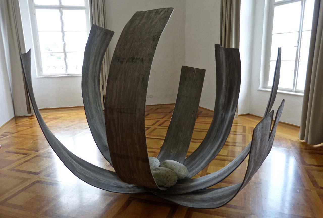 """""""Blütennest""""-Bogenhölzer,-Steine,-220x250x230cm,-Ausstellung-Kunstverein-Amstetten,-2018,-Schloss-St"""