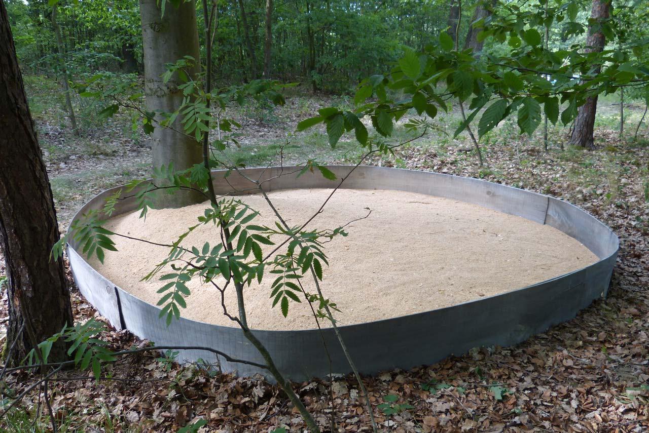 NAHRUNG-NATUR-Bogenelemente,-Holz,-Sägespäne,-Baumbestand,-vierteilig,-je-Dm-350cm,-Kunst-in-der-Landschaft,-2017,-GarsKamp,-NÖ-1