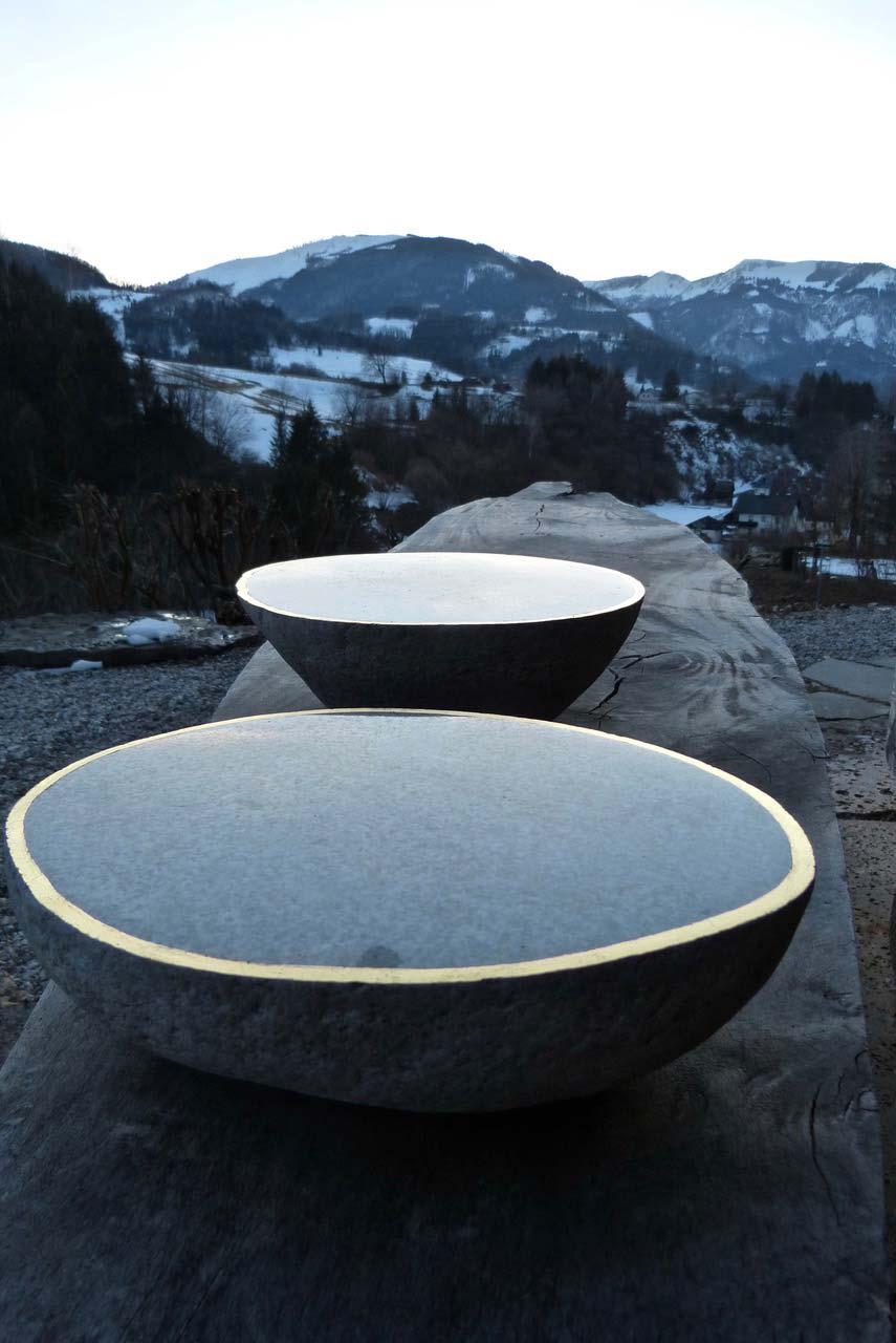 NAHRUNG-NATUR,-Steinschalen,-Blattgold,-bootförmiger-Tisch,-280x75x80cm,-2019,-Weyer,-OÖ